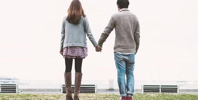 手をつないでいる恋人たち
